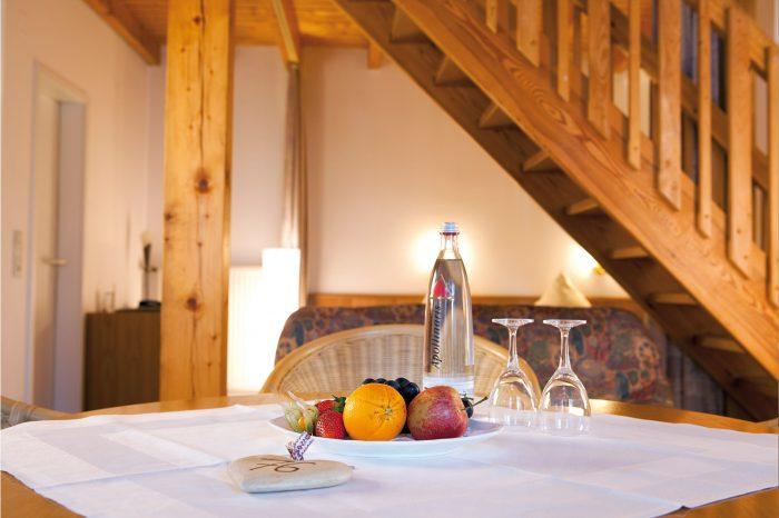 Ferienhaus Tisch mit Obst und Wasser