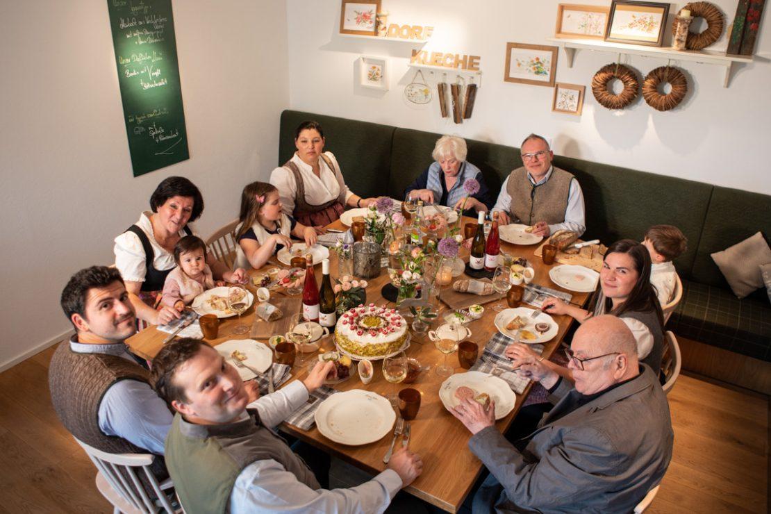 Landhotel Saarschleife Familienfoto am Esstisch