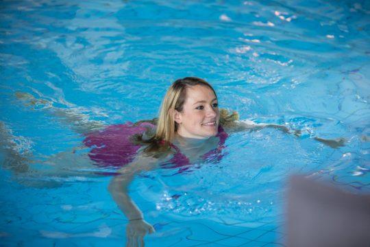 Frau im Schwimmbecken