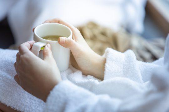 Tasse Tee mit Bademantel